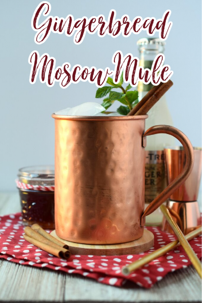 Gingerbread Moscow Mule – A delicious holiday cocktail made with just 4 simple ingredients. This is such a great spin on a classic moscow mule cocktail. Gingerbread Cocktail | Moscow Mule | Gingerbread Moscow Mule